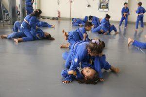 crianças treinando jiu-jitsu