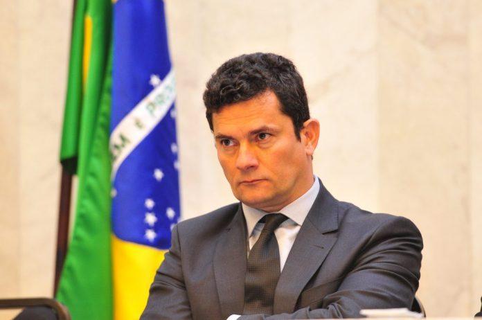 ministro Sérgio Moro e bandeira do Brasil