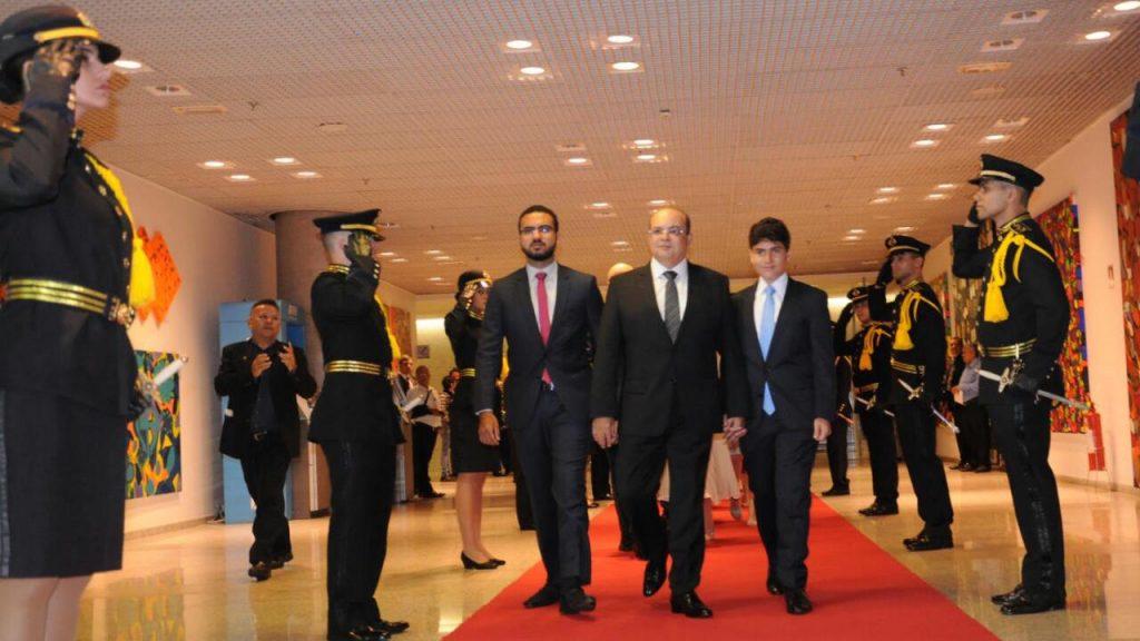 Ibaneis caminha no tapete vermelho da CLDF