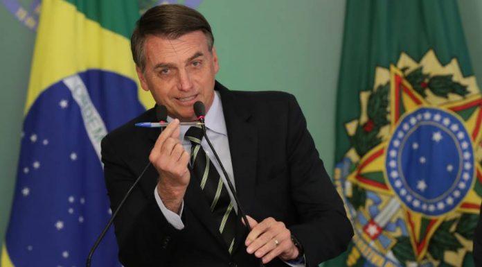 Bolsonaro segura caneta